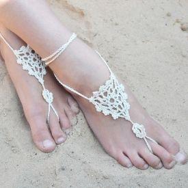 Free crochet pattern to make beautifully simple barefoot sandals!