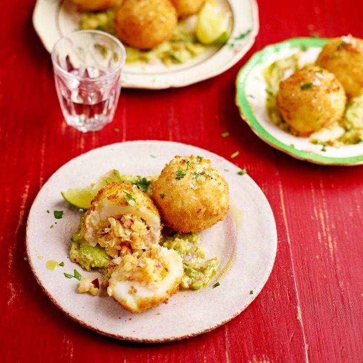Deze kroketjes met garnalen zijn echt to die for! Serveer met een klodder zelfgemaakte guacamole.    1 Snijd de aardappels in even grotestukken en doe ze in een pan koud,gezouten water. Breng aan de kook enlaat 15-20 minuten...