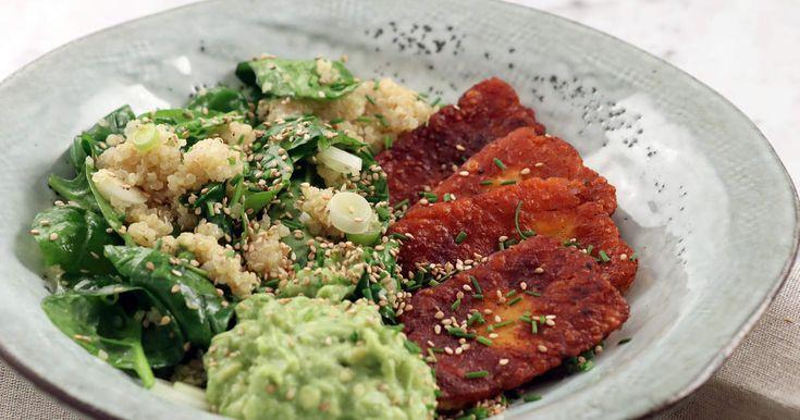 Stekt halloumi som kryddats med chili och rökt paprika. Servera med nykokt quinoa och en lite syrlig avokadokräm, perfekt vardagsmiddag!