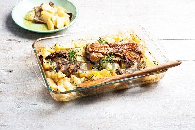Πασχαλινό αρνί στο φούρνο με βότανα και λεμονάτες πατάτες