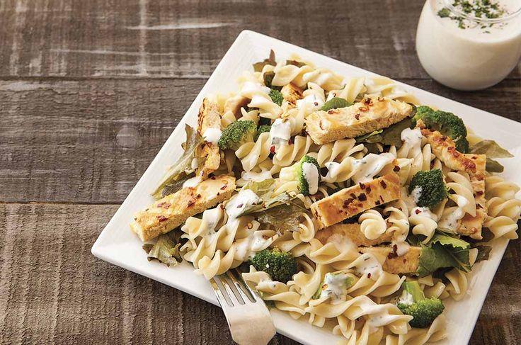 Consiente a todos con esta deliciosa ensalada con pasta y pollo.