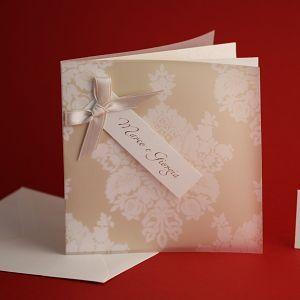 Partecipazione di Matrimonio, composta da cartoncino esterno in carta pergamenata trasparente, cartoncino interno avorio, nastro raso color cipria.