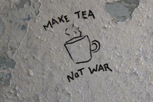 """ryaninwonderland: dazykid: """"Hacer el té y no la guerra"""" Un lema contra la guerra que se originó a partir de la guerra de Vietnam.  Muchos activistas usan el lema de la campaña del fin de todas las guerras.  Variación: haga el amor no la guerra."""