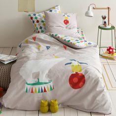 Housse de couette coton imprimé Les Amis du Cirque. Faites entrer la magie du cirque dans la chambre de vos enfants ! Un linge de lit plein de féerie avec des guirlandes multicolores, des ours blancs et des pingouins...