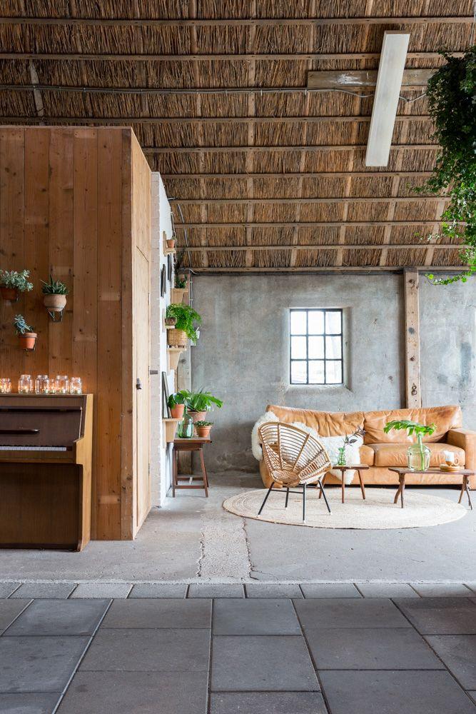 loungecorner Flinkefarm, barn. vintage couch. photocredits: Hans Mossel