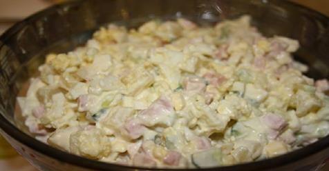 Máte radi tento šalát, ale bojíte sa, že z neho priberiete? Nemusíte sa ničoho obávať! Podľa nášho receptu bude 100 g šalátu obsahovať len 84,62 kcal. Pripravte si vaše obľúbené bez výčitiek! Potrebujete: 250 g kuracích pŕs 150 g uhoriek 2 PL jogurtu 3 vajcia 100 g zaváraných uhoriek Soľ Postup: Uvarte si vajíčka natvrdo a vložte ich do studenej