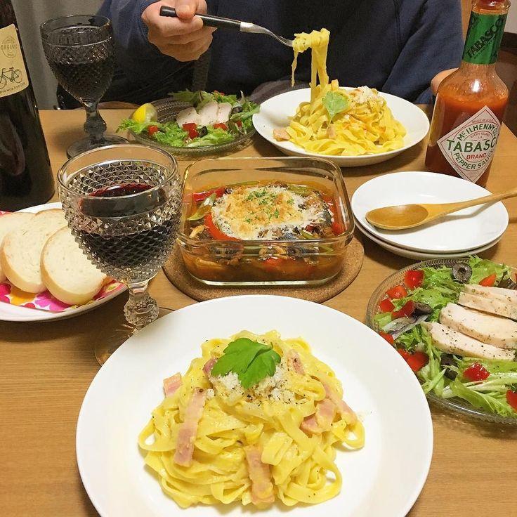 おうち晩ごはん 何食べたい洋食気分と言われたので イタリアン メインは Carbonara Fettucine  鶏ハムサラダ オイルサーディンと野菜のトマト煮込み オーブンパン粉焼き カルボナーラ 米粉フランスパン いつも以上にが進みますな #暮らし #家ごはん #おうちごはん #homecooking #手作り #ごはん #晩ごはん #カフェごはん #dinner #料理 #夕食 #献立 #洋食 #パスタ #pasta #creampasta #スパゲッティ #spaghett #カルボナーラ #carbonara #fettucine #鶏ハム #クッキングラム #イッタラ #ティーマ #wine #achicooking #instafood #like4like #kurashirufood by miniachi