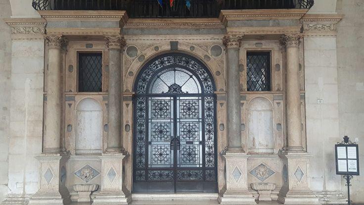 Loggia di Brescia  (1492-1574). Portale progettato da Stefano Lamberti nel 1552 affiancato da due colonne con fontanine in marmo di Botticino, opera di Nicolò da Grado