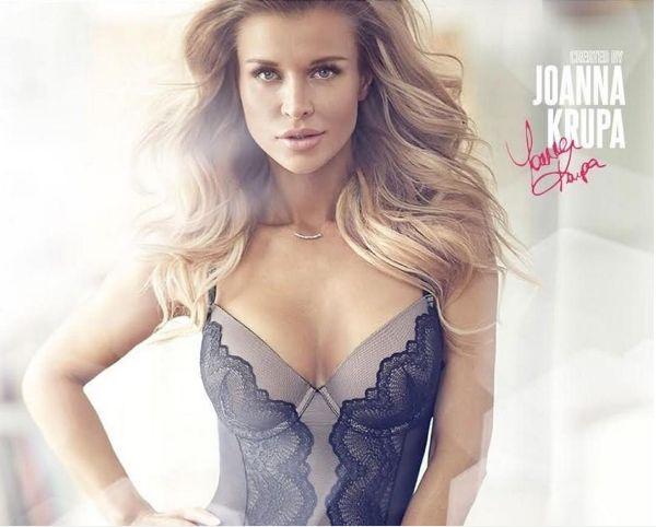 Top model Joanna Krupa posa para 'belfie' só de biquíni contando com a ajuda de espelho revelador