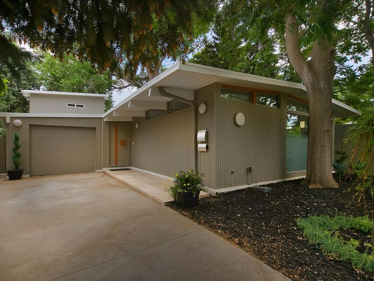 Stunning mid century house renovation by mitchell weisberg outdoors in 2019 mid century for Mid century modern exterior paint colors