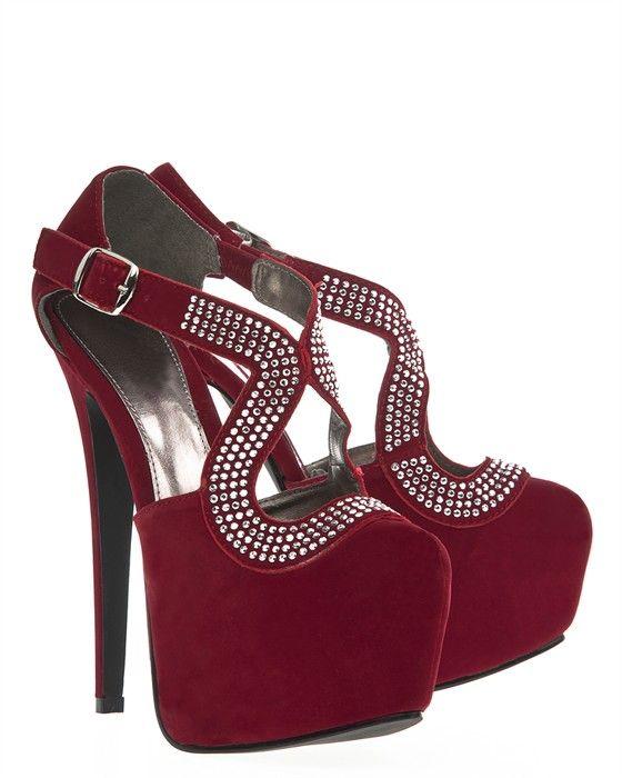 Tjusiga röda skor med höga klackar och fin ovandel.