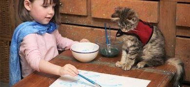 Για την Iris Grace, την πεντάχρονη αυτιστική, η οποία έχει γίνει διάσημη με τους πίνακες ζωγραφικής της έχουν γραφτεί πολλά. Η γάτα της, την Thula, όμως τώρα ήρθε η στιγμή για να γίνει διάσημη.
