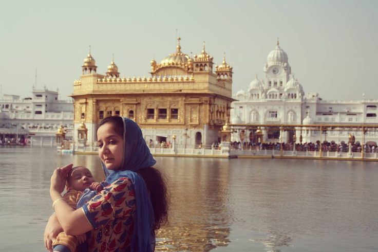 Un lugar cautivador en #India. Una imagen tierna. Center of the sij religion. #Amritsar #magicplace #tenderness #GoldenTemple  #Asia #travel #travelblogger #travelingram #traveling #traveler #travelgram #traveller #travelingram #indianphotography #IP_photostories #incredibleindia #indiapictures #ig_india #indiagram #streetindia #streetsofindia #storiesofindia #acolorstory #dscolor #indian #wanderlust #exploringindia#beautifulindia