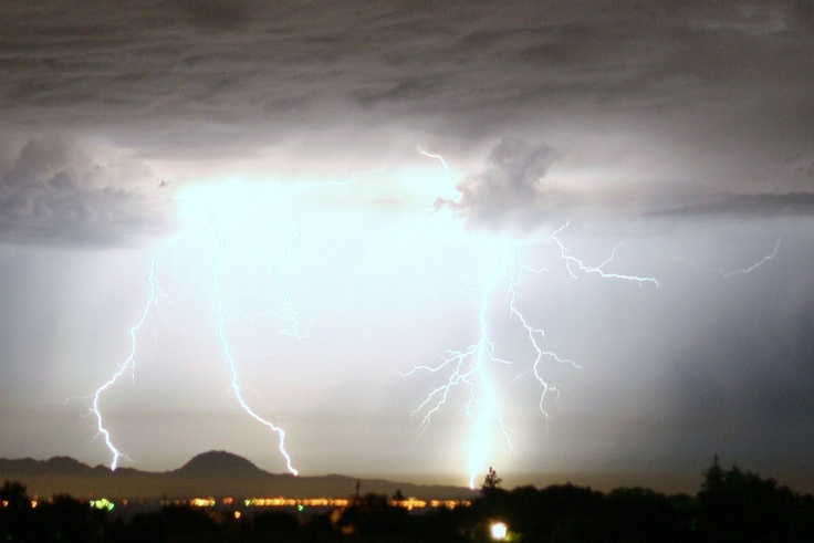 Lightning show of Sutter Buttes