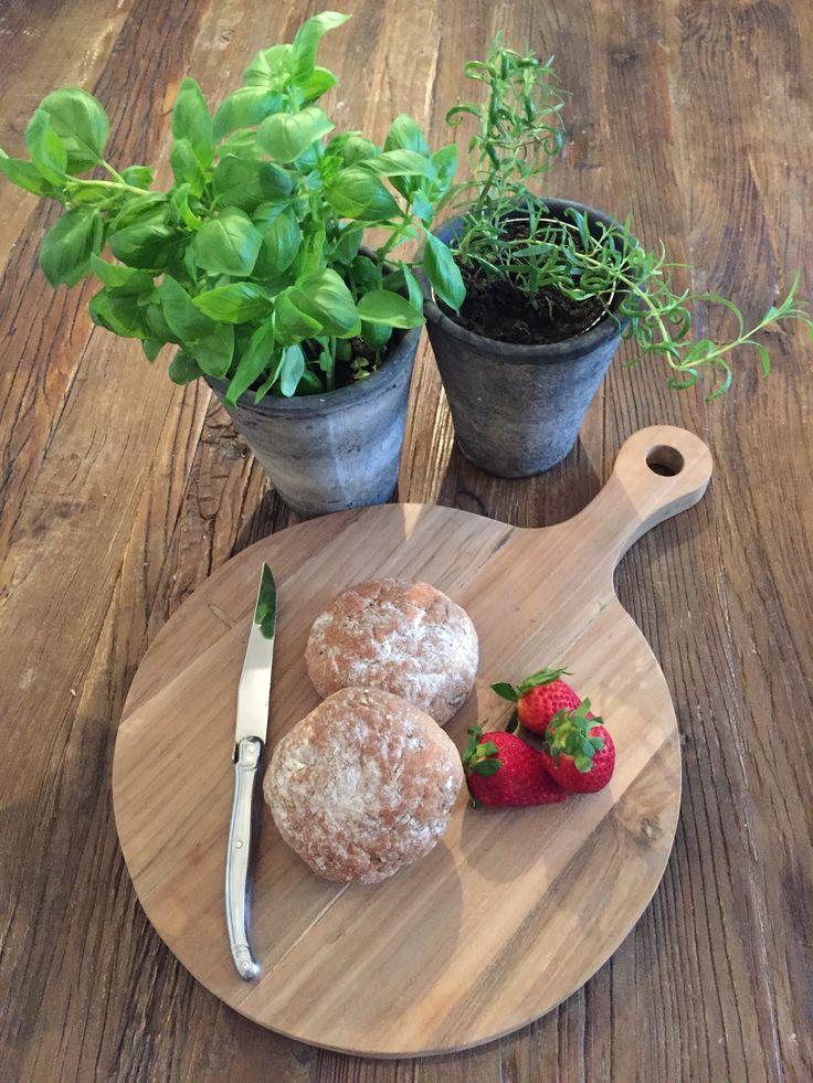 Rustikt og lækkert håndskåret tapasbræt i solidt teaktræ. 175,- fri fragt www.maisonmaison.dk