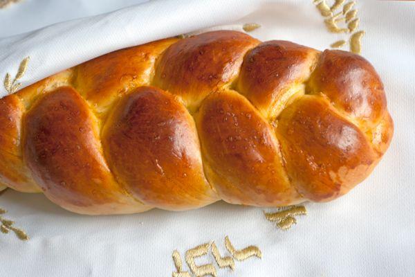 La challah è il tipico pane dello shabbat, cioè il venerdì sera, che è un momento della settimana molto speciale per gli ebrei. All'inizio di shabbat, subito dopo il tramonto del sole, gli ebrei recitano una preghiera, il kiddush, in cui si rende grazie a Dio di aver creato il mondo e di essersi riposato …