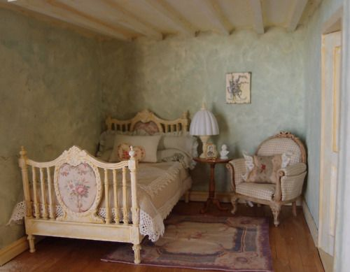 Lovely bedroom love the ceiling and the bed :)