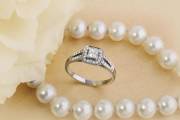 Inel de logodna cu Diamante Dama Aur Alb 18kt cu Diamant Central Princess Inconjurat de Diamante Rotund Briliant Mici pe www.royaldiamante.ro
