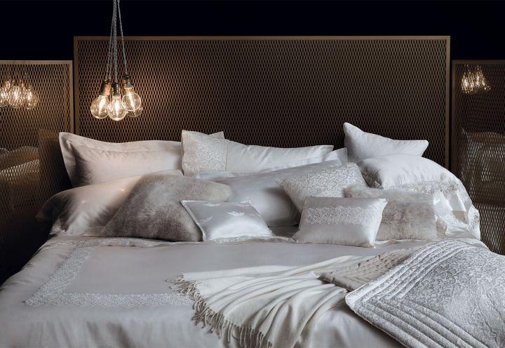 Un trionfo di tulle, raso, pizzi e pelliccia ecologica nel letto vestito La Perla Home Collection (in collaborazione con Fazzini). Copriletto, cuscini, lenzuola e plaid sono in diversi modelli, tutti nelle sfumature eleganti del bianco