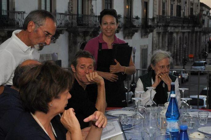Ondaiblea - Quotidiano del Sud Est (notizie Ragusa e Siracusa) - Willem Dafoe, con Franco Battiato, a cena a Scicli