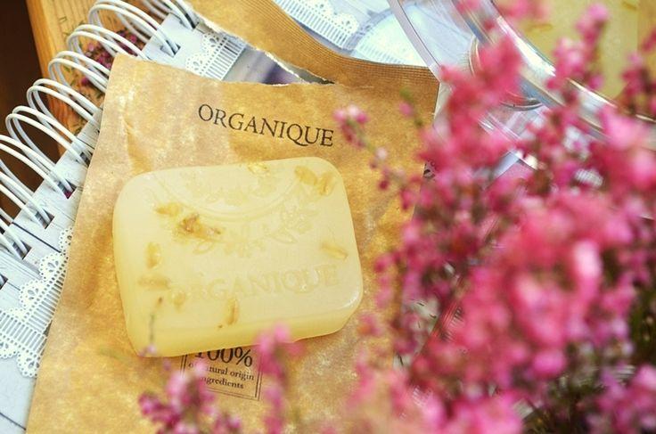 Marka Organique poszerzyła swój asortyment o pięć mydeł do twarzy. Do wyboru mamy:   mydło z zieloną glinką do cery tłustej  mydło z płatkam...