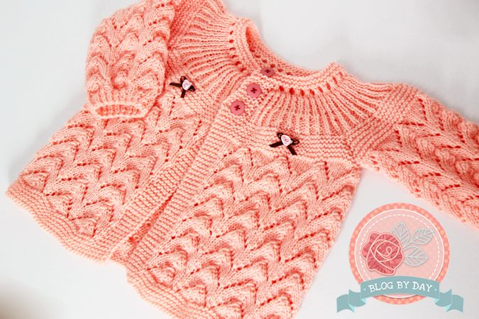 Com o frio chegando, é muito gostoso ficar em casa e aproveitar o tempo tricotando. Eu sempre tenho vontade de fazer casaquinhos para bebê em trico. Eles sempre estão na moda. Eu encontreicada um …