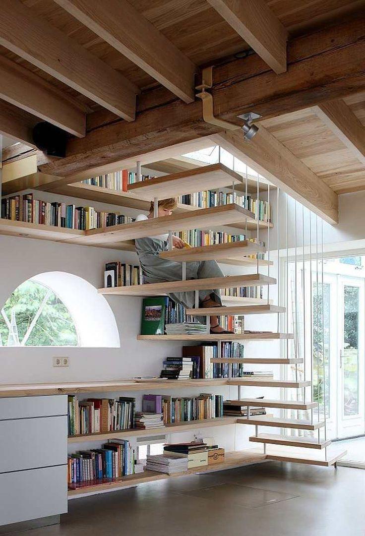 bibliothèque murale design en bois clair à proximité immédiate de l'escalier suspendu