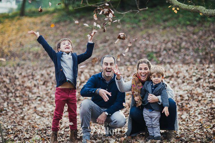Sesión de fotos familiar y navideña en otoño en exterior en el bosque en barcelona ,Fotógrafo de familia en Barcelona, photography, 274km, Gala Martinez, Hospitalet, family, exterior, bosque, bosc, forest, tree, otoño, tardor, autumm, rubí,