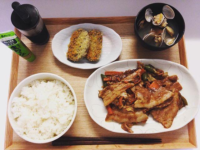 一昨日、夕食。 ここでの僕のポイントは、白米を2杯食べること。 タンパク質が多くなると、僕は太ったり、お通じが悪くなったりします。 タンパク質を処理するのは炭水化物=糖質なので。 そんな僕の、健康づくり食生活です。  #白米 #肉 #ピーマン #にんじん #はんぺん #フライ #みそ汁 #貝 #醤油 #わさび #炭水化物 #タンパク質 #健康 #食事 #ダイエット #バランス #米を抜いたら今後太りやすい体質になりますよ #トレーニング