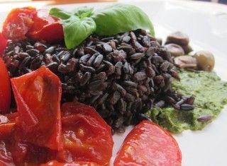 Riso venere con pesto, olive e pomodorini agrodolci