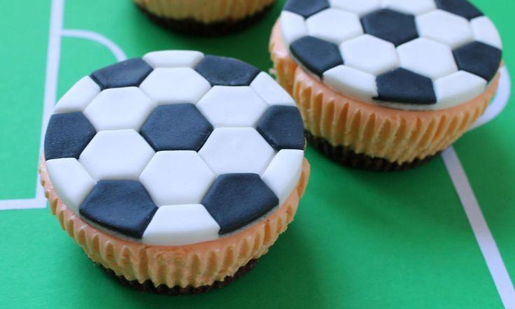 Voetbal Cupcakes van kwark    Recept: Stoere voetbal cupcakes! Zo maak je van iedere voetbal wedstrijd een mooi feest. - Een van de 500 lekkere Dr. Oetker recepten!