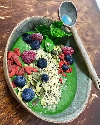 GATIM, MANCAM, SAVURAM: Smoothie bowl verde de ananas, spanac si menta