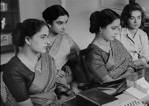 Mahanagar - Satyajit Ray - Aroti s'est timidement isolée dans les toilettes de la compagnie. Elle sort les billets de l'enveloppe que le comptable vient de lui remettre, elle les compte à peine, elle veut seulement les touch…