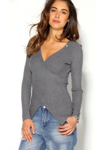 Žebrovaný pulovr s překřížením a broží #ModinoCZ