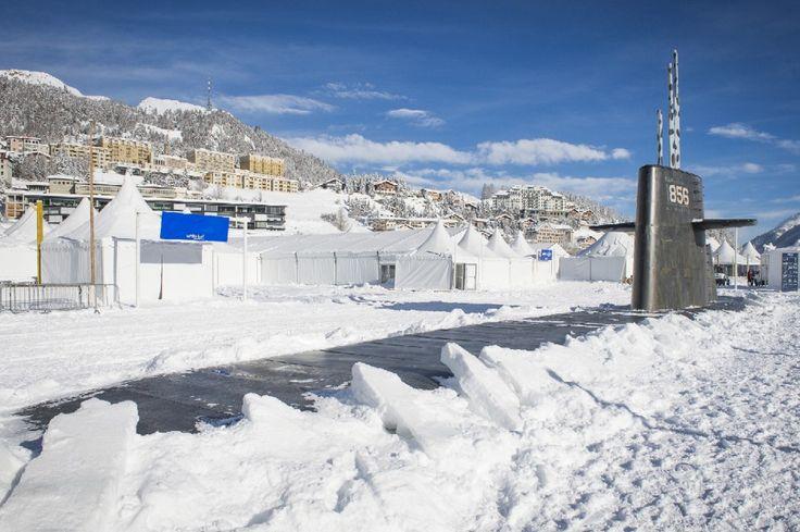 St. Moritz, il bar è un sottomarino nel lago ghiacciato
