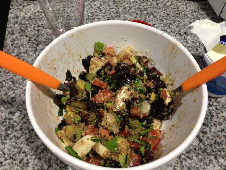 Ensalada: rucula, tomate, lechuga morada. Queso, cous cous, semillas de sésamo , champiñones y palpa Aderezo: salsa de soja, aceite de oliva, mostaza y una cucharadita de casancrem YUMMY!