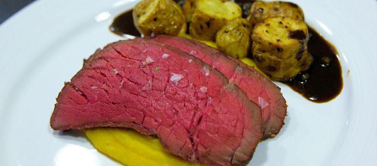 Dette bliver den perfekte roastbeef som er perfekt rosa fra kant til midte. Giv den krydderier som du synes men sørg for at overholde temperaturerne.