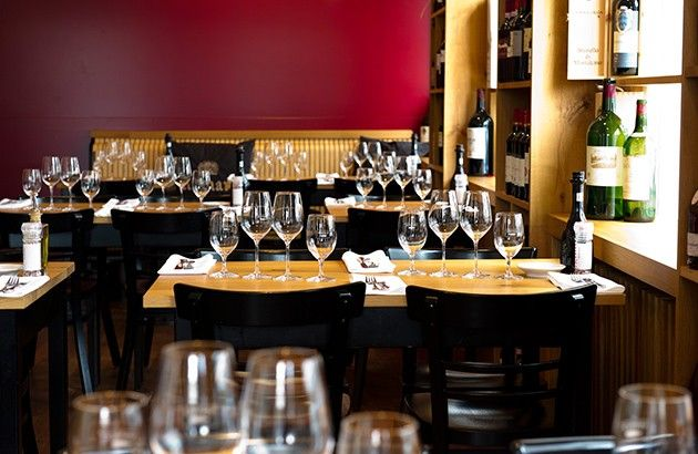 VINTAGE Bei Gastgeberin Claudia Stern haben beste heimische Produkte Hochkonjunktur auf der Karte, und die modern arrangierten Gerichte glänzen mit Regionalität und Internationalität gleichermaßen. Exzellente Weine, Sonnenterrasse direkt am Rhein. Weinbar, Kochschule.Bewertung aus dem Falstaff GasthausguideEssen 44 von 50Service 17 von 20Weinkarte 18 von 20Ambiente 9 von 10Gesamt 88 von 100Agrippinawerft 30, 50678 KölnT: +49 221 920710www.vintage.info