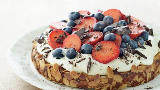 Mazarinkage med hyldeblomstcreme og bær | Femina // cake + desert