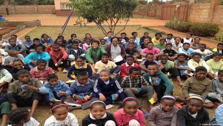 """Tous les enfants recueillis à l'orphelinat """"Ong Ketza"""" entourent  Lys Rasoazanatompo, fondatrice de l'ONG KETZA et Véronique de Bourgies fon...http://www.lindigo-mag.com/Voyage-solidaire-Zazakely-Sambatra-ou-des-Enfants-Heureux-_a497.html"""