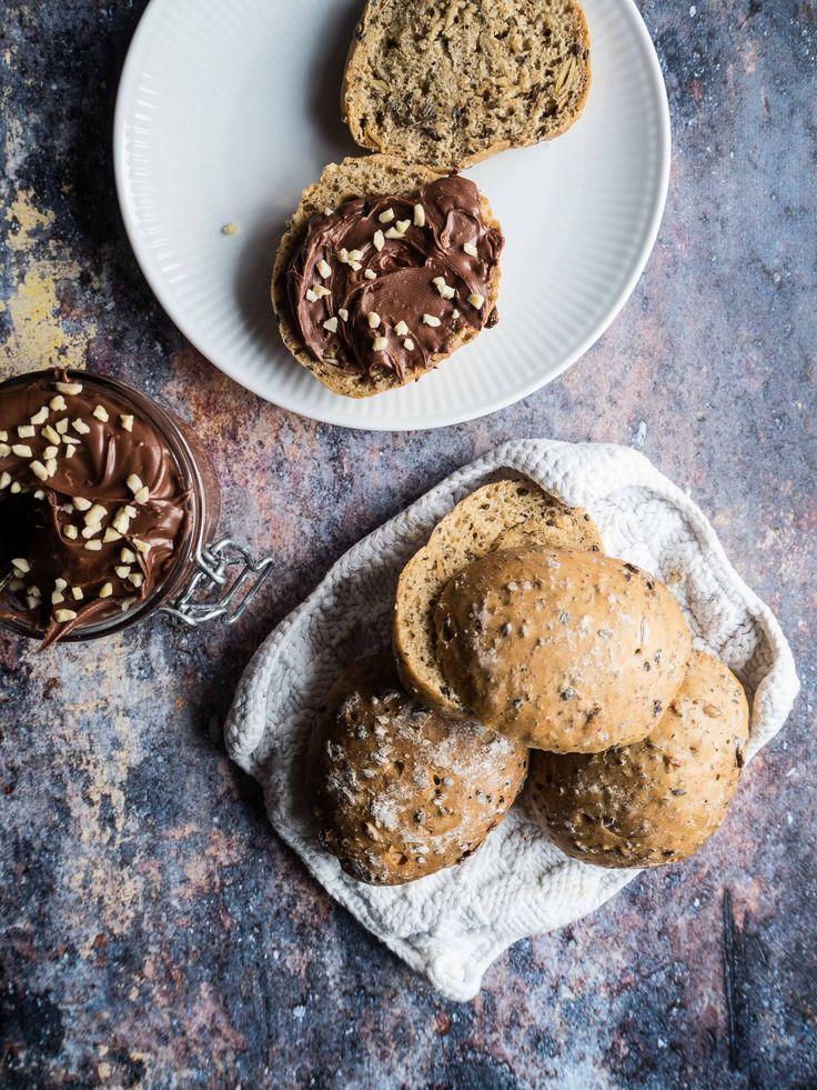 Duften har hjemmebagte boller er skøn! Her er opskriften på verdens bedste (og nemmeste) glutenfri boller med sund nutella. Få opskriften her.