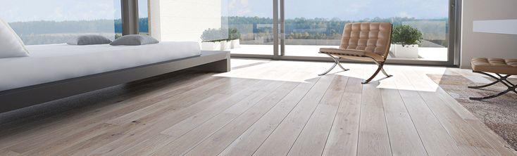 Szeroka, jednopasmowa deska dębowa, barwiona na odcień popielu i pokryta lakierem matowym.  Struktura drewna podkreślona szczotkowaniem. Dwustronne fazowanie optycznie wydłuża deskę i podkreśla jej naturalny wygląd.
