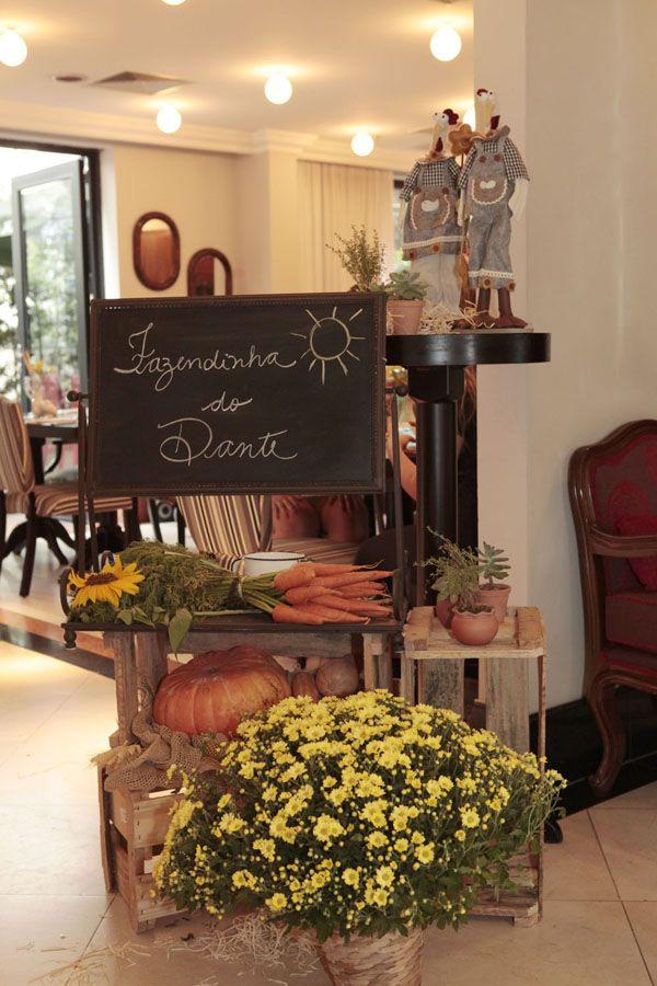 A Ghee Kids caprichou na hora de criar a fazendinha do Dante! A mesa ganhou uma ambientação bem rústica, com vegetais, legumes e vários artigos de fazenda.