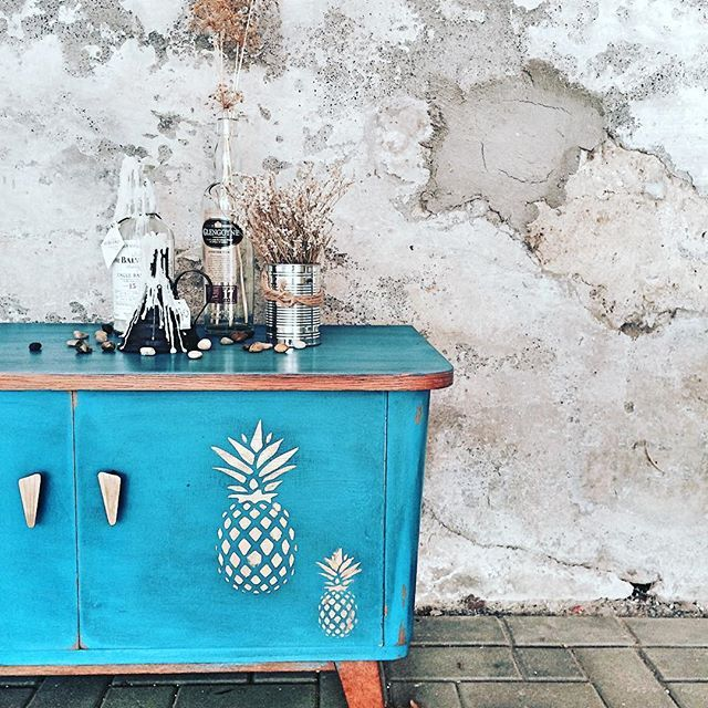 Gorgeous Painted Buffet with Giverny Chalk Paint®, Black Chalk Paint® Wax and a pineapple motif! Project by Nentershausen, Germany stockist Farbe Verzaubert.