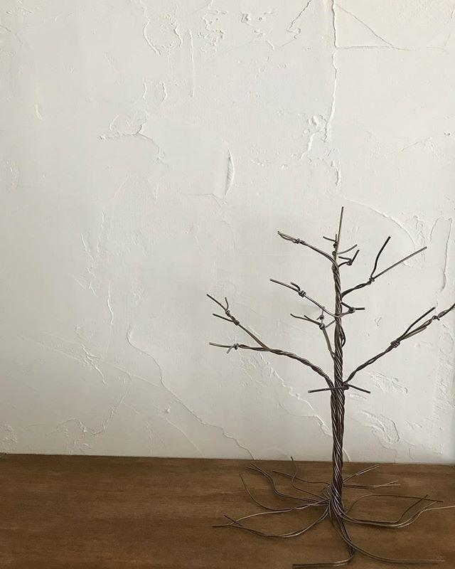 バランス悪いですが、 木を作りました。 . 次回イベントのテーマに合わせたものです。 . 太いワイヤーが使えないので、細いワイヤーで腕慣らし。 . . #wirecraft #wireart #wirework #wire #handmade #tree #ワイヤークラフト #ワイヤークラフト雑貨 #ワイヤーワーク #ワイヤーアート #ハンドメイド #chullini #試作品 #木
