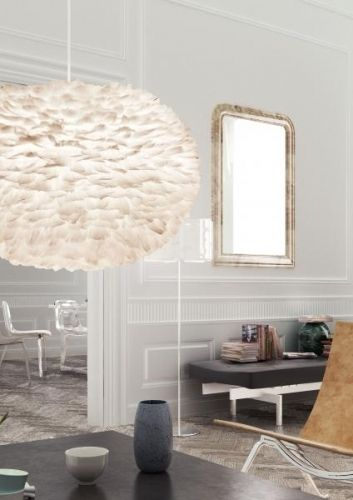 Nydelig lampe med hvite fjr montert p en papirkjerne. Lampen er 75 cm i diameter og 45 cm hy. Kommer flatpakket. Max 60 w. Ledning og sokkel flger ikke med , men kan kjpes ved siden av for 60,-.