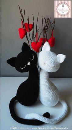 Gatitos Enamorados Amigurumi - Patrón Gratis en Español aquí:  https://agumirumis.com/2016/02/02/patron-gratis-amigurumi-de-tarturumies-de-gatitos-enamorados/