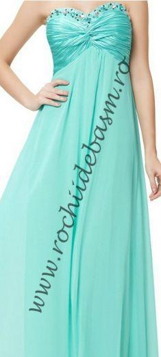 Rochie de seara verde deschis cu margele transparente #rochiidesearaverzi #rochiidesearacuaplicatii #greeneveningdresses