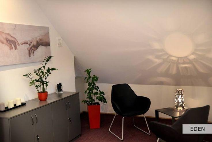 EDEN = wygodne biurko, a 2 miejsca siedzące przy stoliku pozostawić współpracownikom lub gościom. Jeśli chodzi o pozostałe wyposażenie, jest wszystko, co może być Ci potrzebne, gdy wynajmujesz tego typu pomieszczenie na dzień lub kilka godzin: szafki zamykane na klucz i specjalnie dobrane oświetlenie.