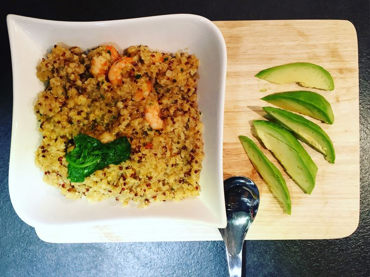 Quinoa with pesto shrimps,avocado and spinach for a light meal !
